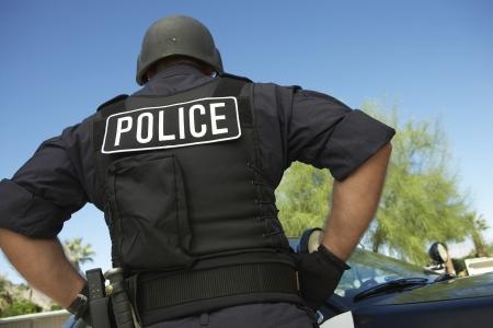 bulletproof: El oficial de polic�a en el chaleco a prueba de balas al aire libre vista posterior LANG_EVOIMAGES