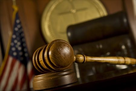 orden judicial: Martillo en la sala de la corte