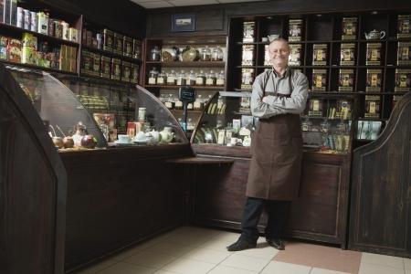 salespeople: Tea Shop Owner in Store LANG_EVOIMAGES