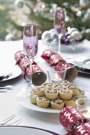 christmas cracker: Christmas crackers and mince pies on dining table LANG_EVOIMAGES