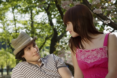 25 to 30 year olds: Young Couple Sitting in a Park LANG_EVOIMAGES