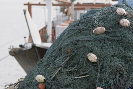 redes de pesca: Kalba EAU Redes de pesca amontonadas alto en el barco en Kalbar Fujairah LANG_EVOIMAGES