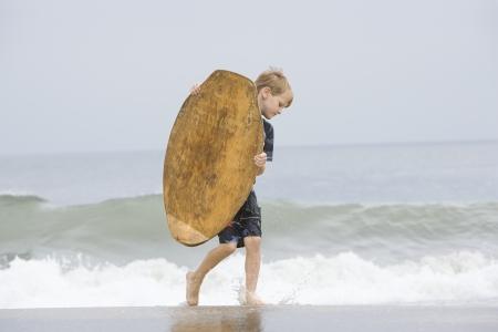 ser humano: Little Boy que lleva un Bodyboard LANG_EVOIMAGES