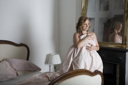 levantandose: Mujer adulta mediados de levantarse de la cama