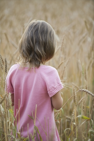 3 5 years: Little Girl in a Field LANG_EVOIMAGES