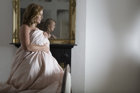 levantandose: Mediados de mujer adulta de levantarse de la cama LANG_EVOIMAGES
