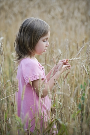 3 4 length: Little Girl in a Field LANG_EVOIMAGES
