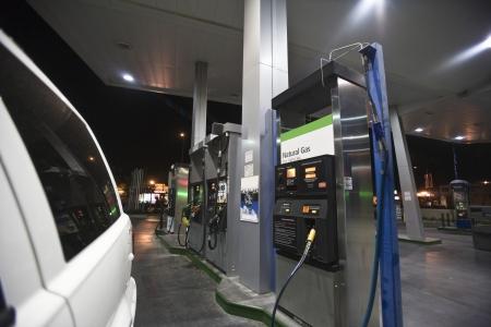 gas station: Primer plano de gato en las bombas de combustible de la gasolinera con el gas natural en la noche
