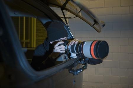 車の中でパパラッチのカメラマン