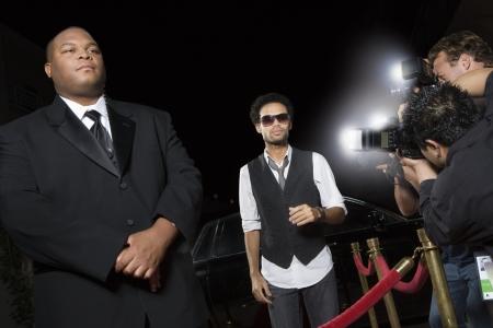 Mannelijke beroemdheid die bij media-evenement Stockfoto