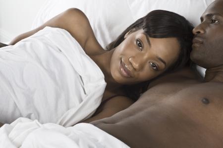 mid adult couple: Pareja de mediana edad tumbado en la cama