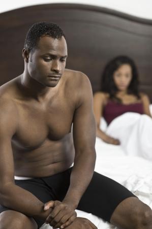 mid adult couple: Pareja de adultos en la habitaci?n de Medio LANG_EVOIMAGES