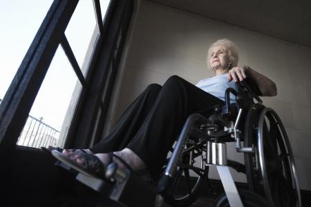 silla de ruedas: Mujer en silla de ruedas en la habitaci�n