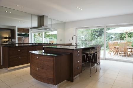 kitchen counter: Modern kitchen LANG_EVOIMAGES