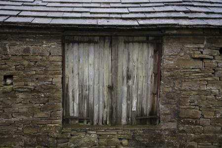 yorkshire dales: Antiguo cobertizo cerca La vista de Yorkshire Dales Yorkshire Inglaterra LANG_EVOIMAGES