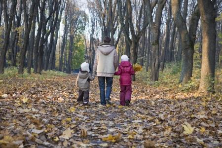 niños caminando: La madre y los niños caminando en el parque LANG_EVOIMAGES