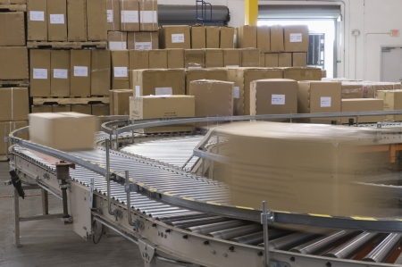 cinta transportadora: Cajas de cartón en la banda transportadora en almacén de distribución