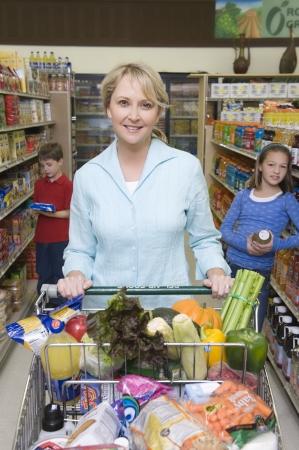 AlleinerzieherIn: Alleinerziehende Mutter Einkaufen mit Sohn und Tochter