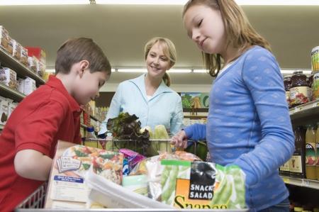 AlleinerzieherIn: Alleinerziehende Mutter einkaufen mit Sohn und Tochter LANG_EVOIMAGES