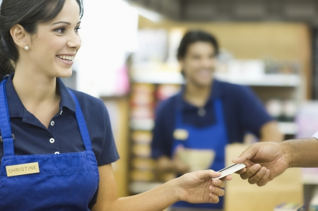 青いエプロンでスーパー マーケット従業員