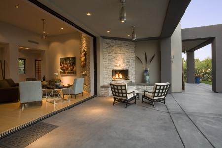 현관: 현대 주택의 테라스 LANG_EVOIMAGES