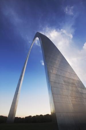 louis: Modern arch sculpture in St Louis Missori