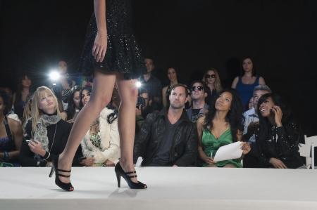 mode: Low Abschnitt womans Fuß in schwarzen hochhackigen Schuhen auf Mode Laufsteg
