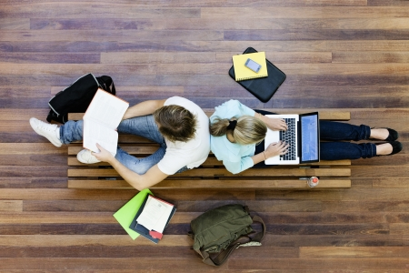 estudiando: Los estudiantes universitarios que estudian desde arriba
