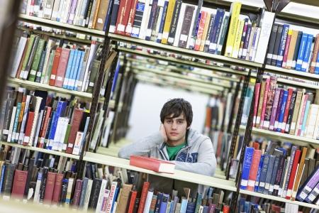 casual hooded top: Estudiante universitario que estudia en biblioteca LANG_EVOIMAGES