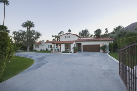 showhome: Open gate and driveway of Palm Springs home LANG_EVOIMAGES