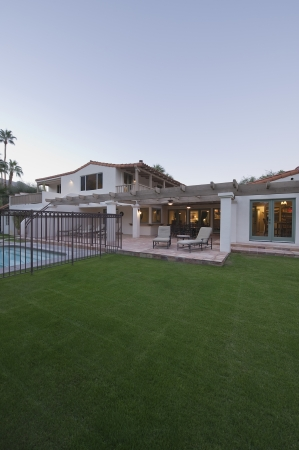 showhome: Lawn and swimming pool of Palm Springs home exterior