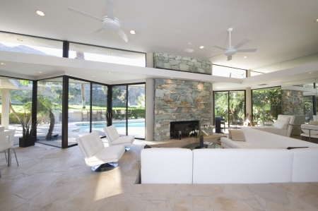 Zona de estar hundida y una chimenea de piedra vista de Palm Springs casa Foto de archivo - 20740033