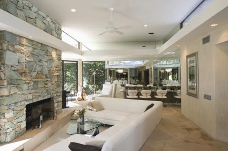 Zona de estar hundida y una chimenea de piedra vista de Palm Springs casa interior Foto de archivo - 20740034