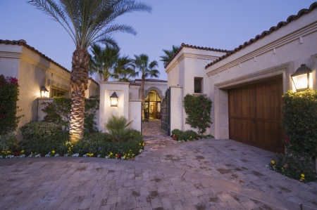 showhome: Lit driveway exterior of Palm Springs home LANG_EVOIMAGES