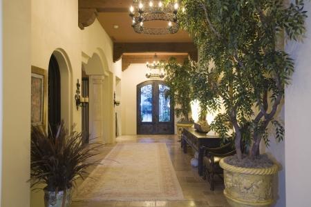 palm springs: Chandelier in Palm Springs entrance hallway LANG_EVOIMAGES
