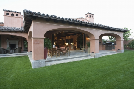 showhome: Outdoor veranda room of Palm Springs hacienda LANG_EVOIMAGES