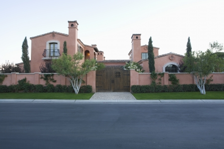 showhome: Palm Springs hacienda viewed from public highway