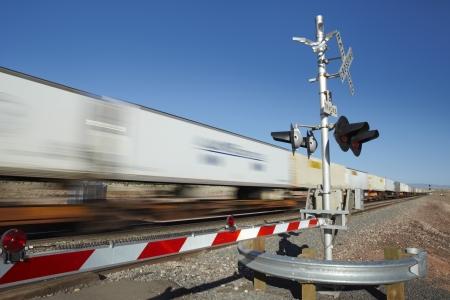 Trein passeert overweg motion blur Stockfoto