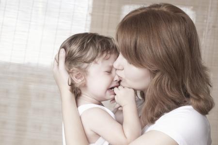 enfant qui pleure: M�re console enfant qui pleure LANG_EVOIMAGES