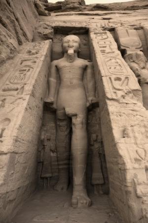 male likeness: Estatua de Rams�s II fuera del templo de Hathor de la reina Nefertari. Patrimonio de la Humanidad por la UNESCO conocido como los monumentos de Nubia. Abu Simbel Cisjordania del lago Nasser sur de Egipto. �frica LANG_EVOIMAGES