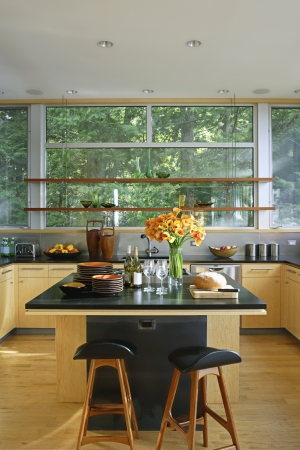 kitchen island: Retro styled kitchen with black worktop and kitchen island