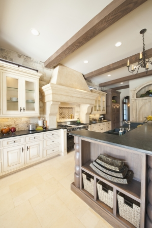 stile country: Scaffalature dettaglio di bianco cucina in stile country LANG_EVOIMAGES