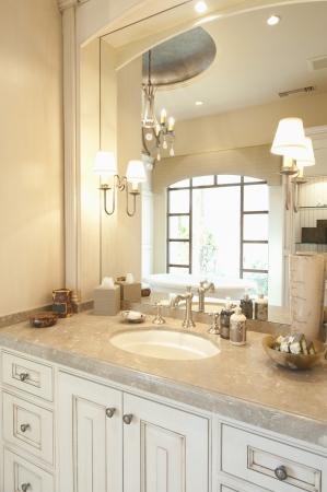 wall sconce: M�rmol coronada ba�o de crema con ventana reflejada en el espejo LANG_EVOIMAGES