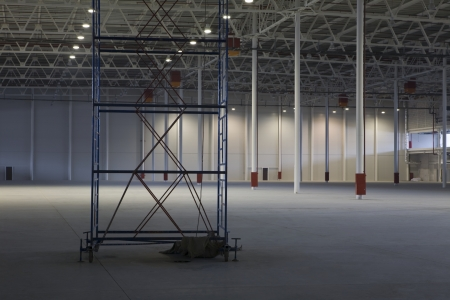 empty warehouse: Empty warehouse with scaffold LANG_EVOIMAGES