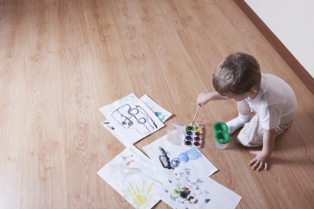 laminate flooring: Young boy with paintbox LANG_EVOIMAGES