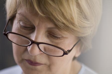 gafas de lectura: Mujer madura en gafas de lectura
