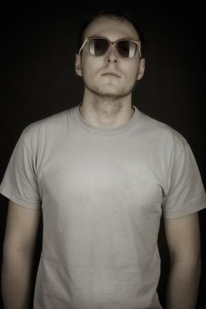 mid adult man: Hombre de mediana edad se encuentra en las gafas de sol