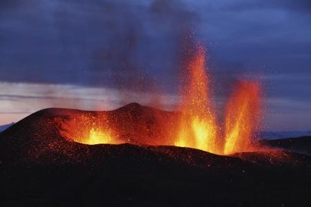 Lava fundida entra en erupción de Eyjafjallajokull Fimmvorduhals Islandia