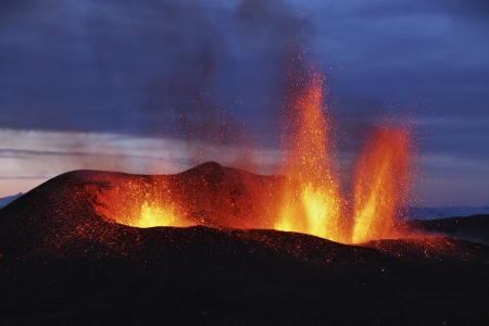 Molten lava erupts from Eyjafjallajokull Fimmvorduhals Iceland Banque d'images