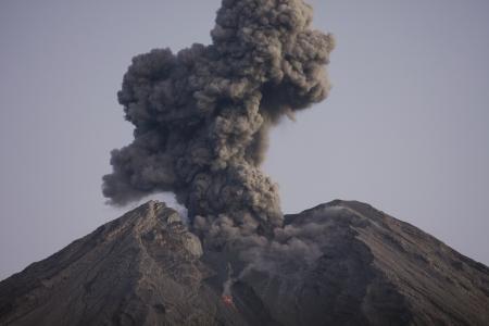 Semeru 자바 인도네시아에서 화산재 구름 스톡 콘텐츠